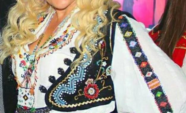 Këngëtarja Shyhrete Azizaj që nga e vogel në bankat e shkollës është dalluar me talentin e saj